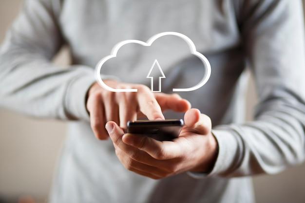Hand telefon mit gezeichneter wolke