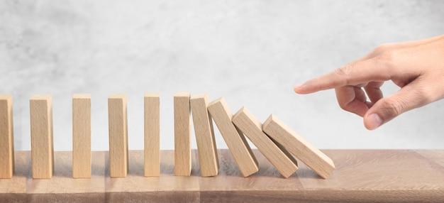 Hand- und dominoeffekt gestoppt durch unikat