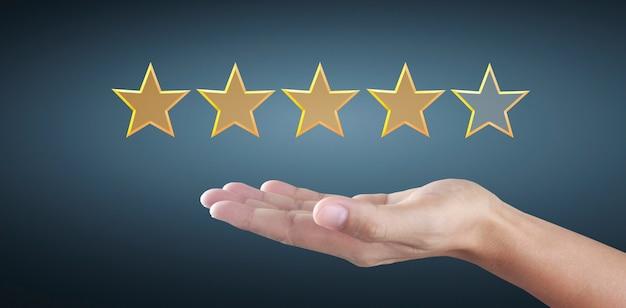 Hand und fünf sterne erhöhen. bewertungs- und klassifizierungskonzept erhöhen