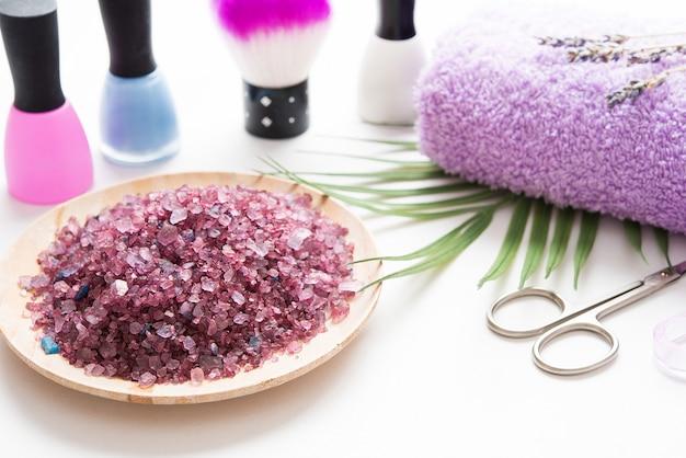 Hand- und fußnagelbehandlungen, maniküre- und pediküre-werkzeuge, meersalz mit lavendel Premium Fotos