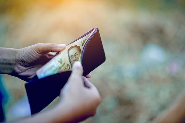 Hand- und geldbeutelbilder von finanzgeschäftsleuten erfolgreiches finanzkonzept