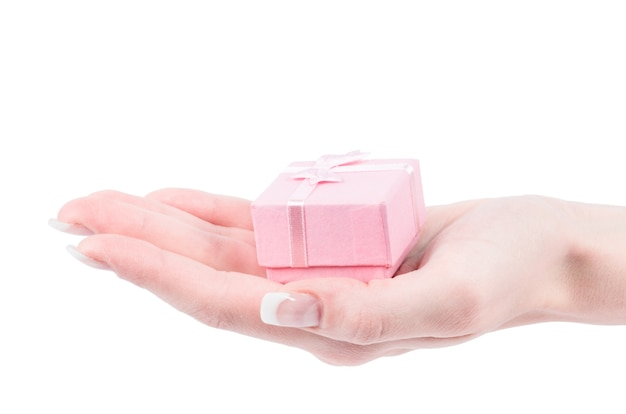 Hand und geschenk lokalisiert auf weißem hintergrund