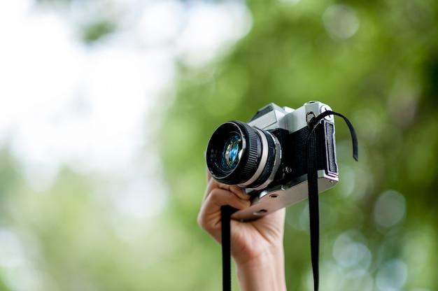 Hand- und kameraaufnahmen fotokonzept mit kopienraum