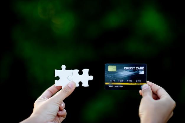 Hand und kreditkarte