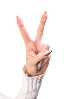 Hand - victory-zeichen auf weißem hintergrund