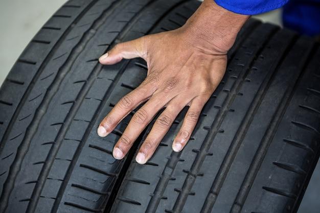 Hand von mechanischen haltereifen