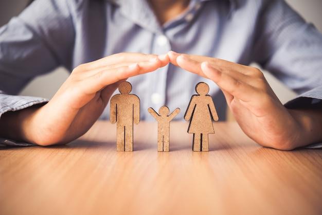 Hand, welche die ikonenfamilienleute - die der versicherung schützt.
