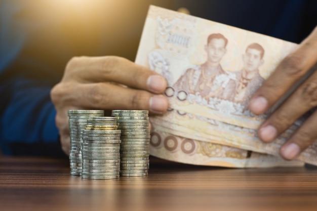 Hand zählende geldmünzen stapeln geschäftsfinanzierung