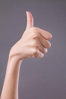 Hand zeigt daumen hoch, wie, gut, zustimmung, akzeptanz, okay, ok, positive geste