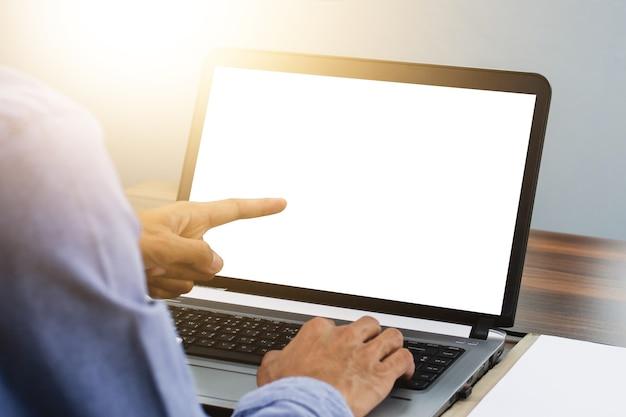 Hand zeigt fokus auf computer im arbeitsplatzbüro