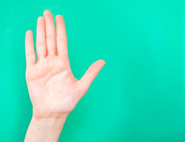 Hand zeigt stoppschild. zeigen sie mit der handfläche, wann etwas oder jemand aufhören soll.