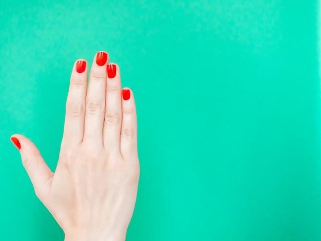 Hand zeigt stoppschild