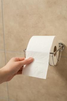 Hand ziehen toilettenpapierrolle in halter