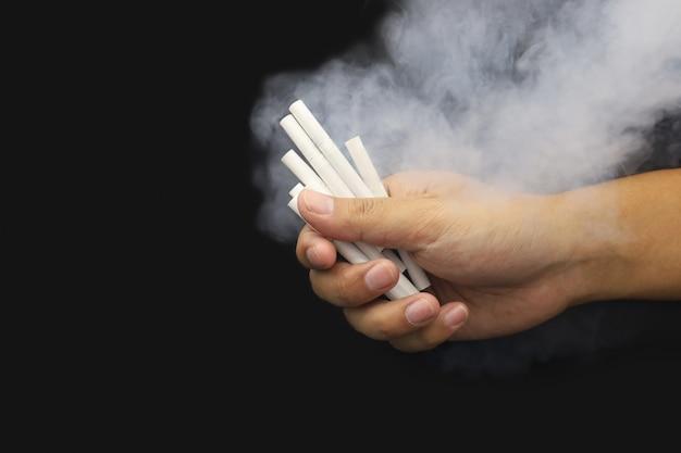Hand zigarette mit rauch halten