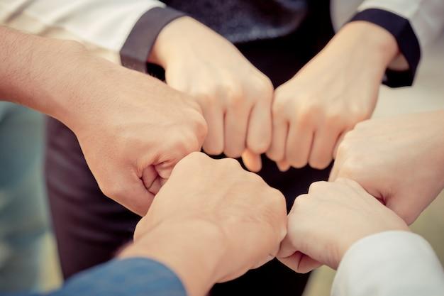 Hand zusammen in geschäftstreffen für teamkonzept