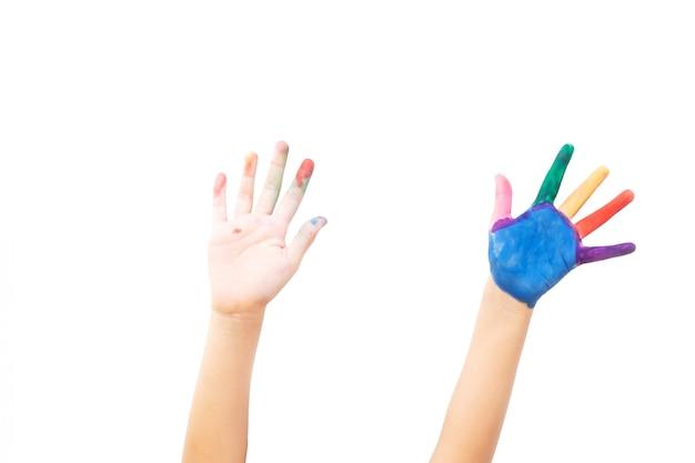 Hand zwei zeigen sich auf weißem isolat. malfarbe auf linker hand und finger. kunsttätigkeit.