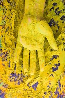 Handabdeckung mit Pulverfarbe während des Holi Festivals