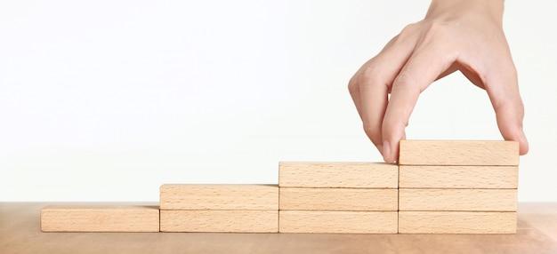Handanordnung eines holzblockstapels als stufentreppe, erfolgsprozess des geschäftskonzeptwachstums
