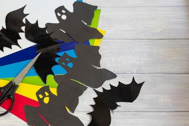 Handarbeit. kreative aktivitäten für kinder. farbiges papier und produkte daraus. kreativität der kinder.