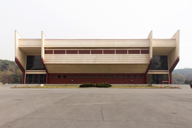 Handballhalle in der sportstraße pjöngjang in nordkorea. halle wurde 1988 gebaut und hat 2400 sitzplätze.