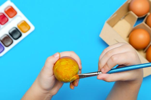 Handbemalte ostereier vor ostern. vorbereitung für ostern, auf blauem grund. mehrfarbige farbe, kopierraum.