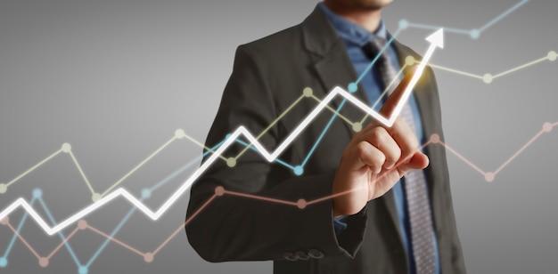 Handberührung eines diagramms des finanzindikators und des diagramms der marktwirtschaftsanalyse des rechnungswesens