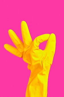 Handbewegung ok in gelbem gummihandschuh