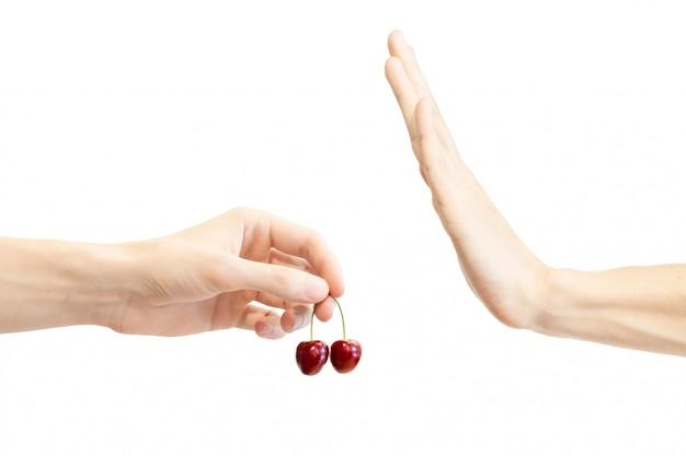 Handbewegung, um vorschlag zurückzuweisen, wilde kirsche zu essen.