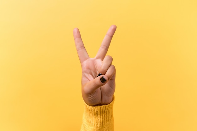 Handbewegung v zeichen für sieg oder friedenszeichen