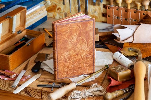 Handbuchbinderei mit werkzeugen