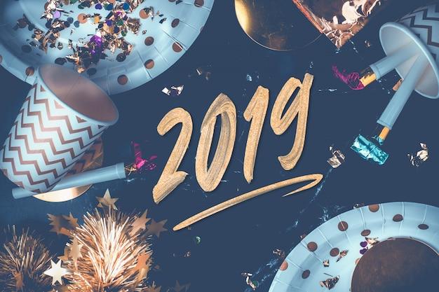 Handbürstenanschlag des neuen jahres 2019 auf marmortabelle
