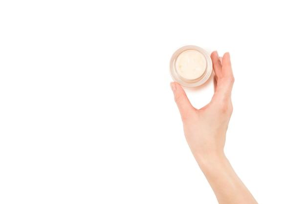 Handcreme lokalisiert auf weißem hintergrund. frauenhände.