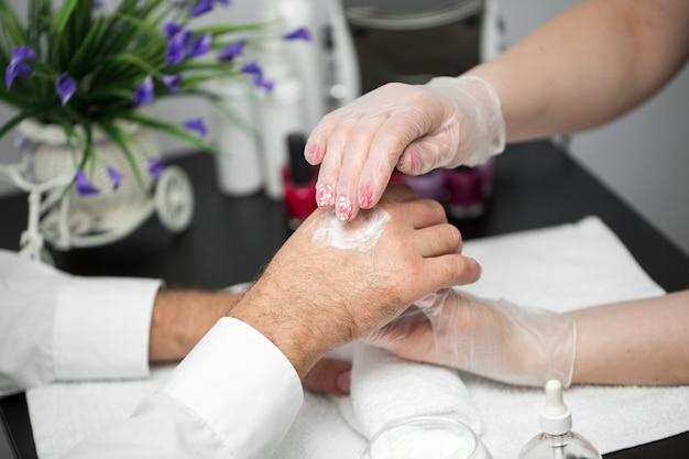 Handcreme. massage nach der maniküre.