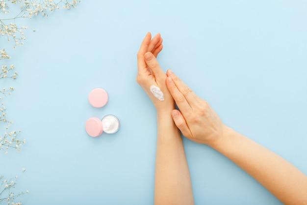 Handcreme, weibliche hände, die organische natürliche cremekosmetik anwenden. hautpflegecreme im glas für hände, körper
