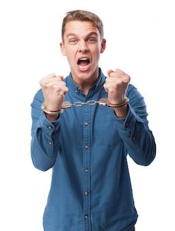 Handcuffed schreiender mann