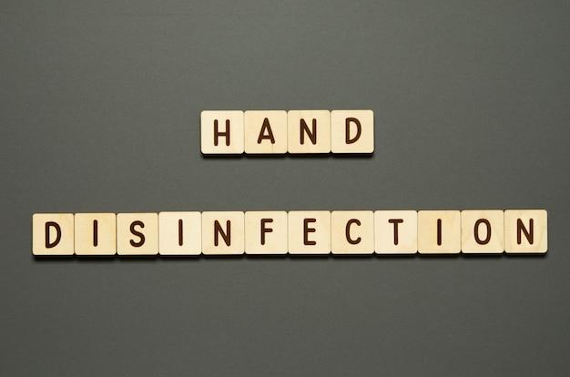 Handdesinfektion - wörter aus holzklötzen mit buchstaben. draufsicht