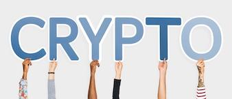 Hände, die blaue Buchstaben bilden das Wortkrypto halten