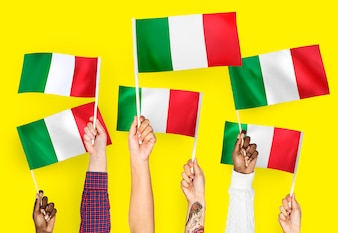 Hände, die Markierungsfahnen von Italien wellenartig bewegen