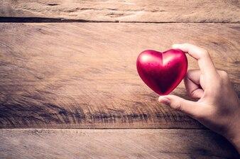 Hände weiblich geben rotes Herz