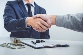 Händedruck des Kooperationskunden und -verkäufers nach Vereinbarung, erfolgreicher Autokreditkontra