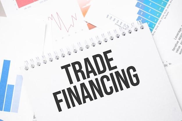 Handelsfinanzierung text auf papier auf der chartoberfläche mit stift