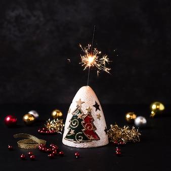 Handfeuerwerk mit weihnachtsdekoration