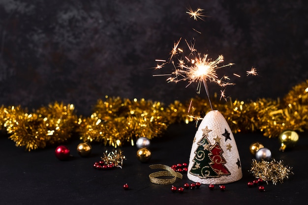 Handfeuerwerk mit weihnachtsdekorationen
