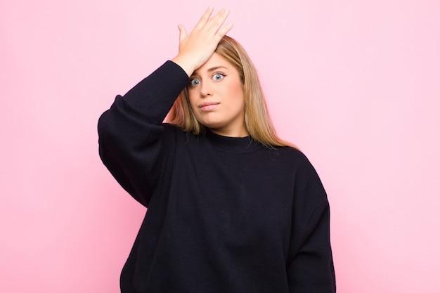Handfläche zur stirn heben, hoppla denken, nach einem dummen fehler oder erinnern, sich dumm fühlen