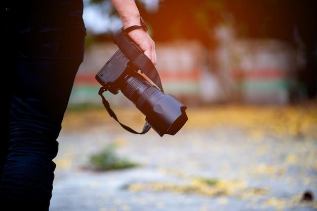 Handfoto und fotoausrüstung des fotografen