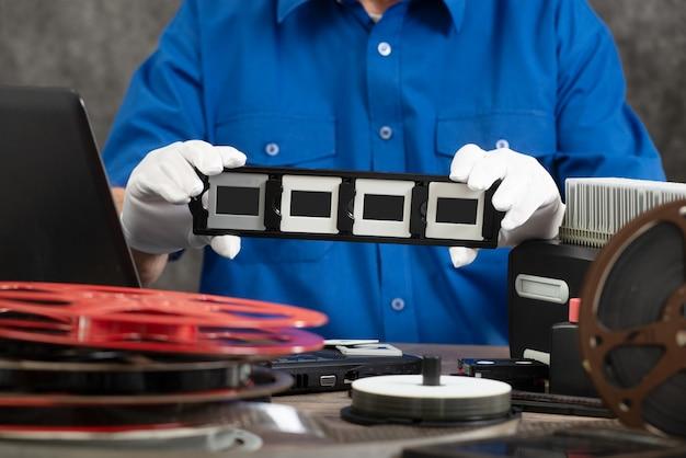 Handfotograf digitalisiert filmdia 35mm zum speichern
