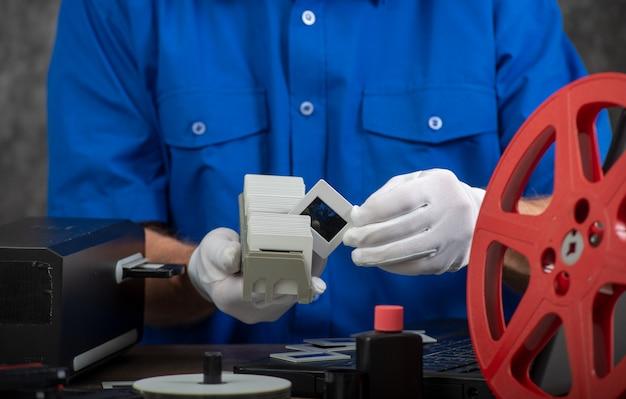 Handfotograf digitalisiert filmdia zum speichern