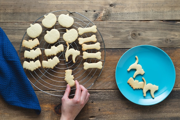 Handgebackene kekse für halloween. kekse in verschiedenen formen. platz kopieren. ansicht von oben.