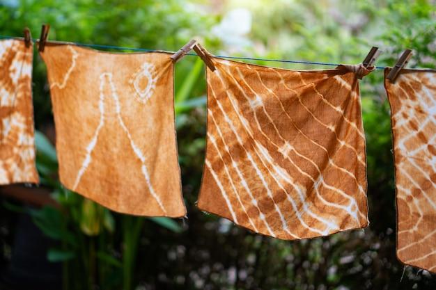 Handgefärbtes batiktuch, das im garten im freien hängt.