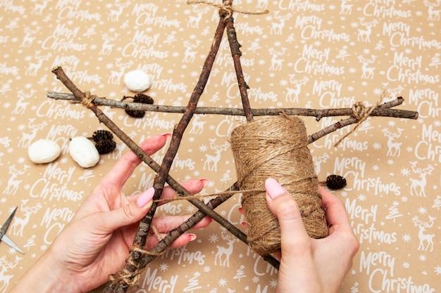 Handgefertigte artikel für weihnachtsbaumstern mit der aufschrift frohe weihnachten
